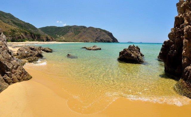 Bãi cát vàng, nước biển trong vắt và xanh 2 màu rõ rệt. Ảnh: CLB Nhiếp ảnh & Du lịch